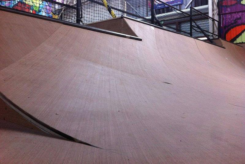 Un agréable skatepark entièrement en bois