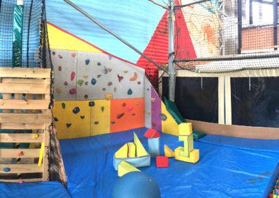 Zone trampoline et espace de jeux enfants